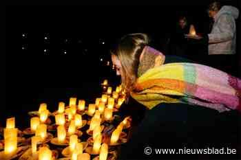 Familie en vrienden van Julie Van Espen laten herdenkingsbootjes te water in Rivierenhof