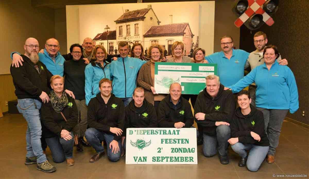 1.250 euro voor vzw Kiekafobee met de groeten van het Ieperstraatcomité Hooglede