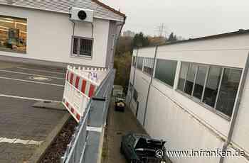 Unfall in Würzburg: Auto durchbricht Geländer - und stürzt 4 Meter in die Tiefe