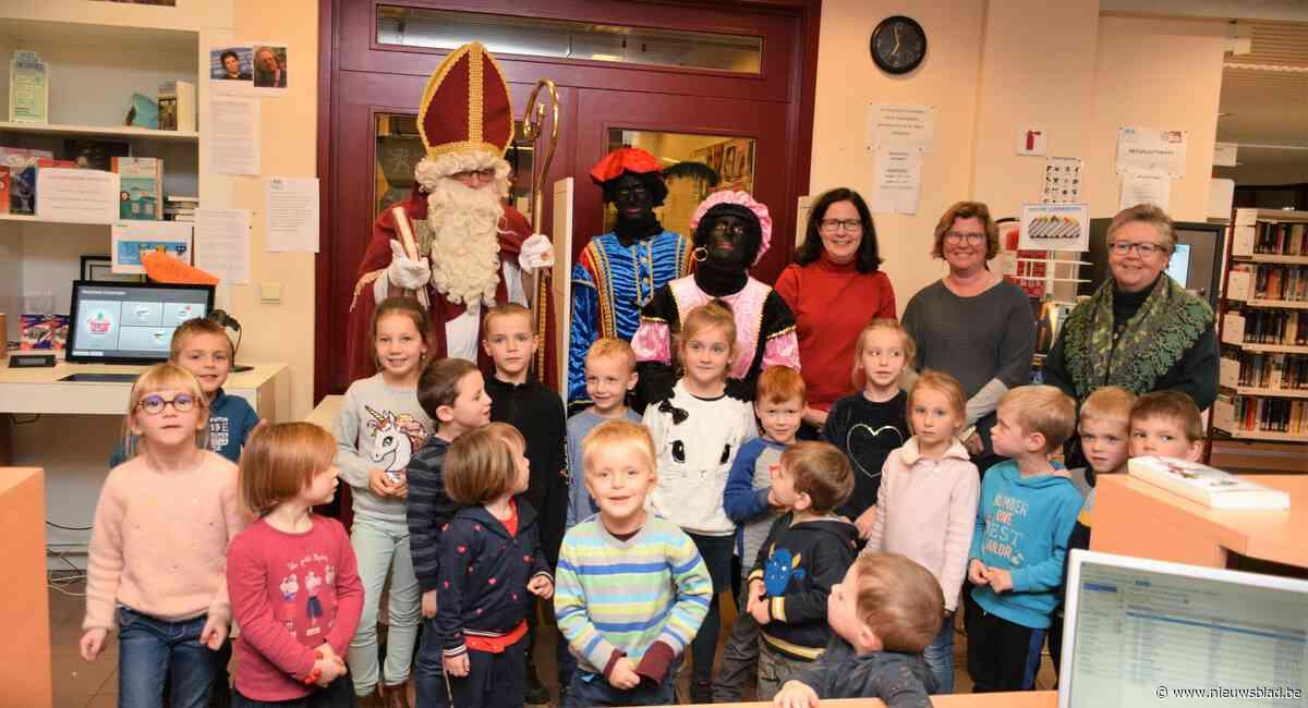 Voorleesweek getooid met mooie Sinterklaasverhalen en een Sint die mee kwam luisteren