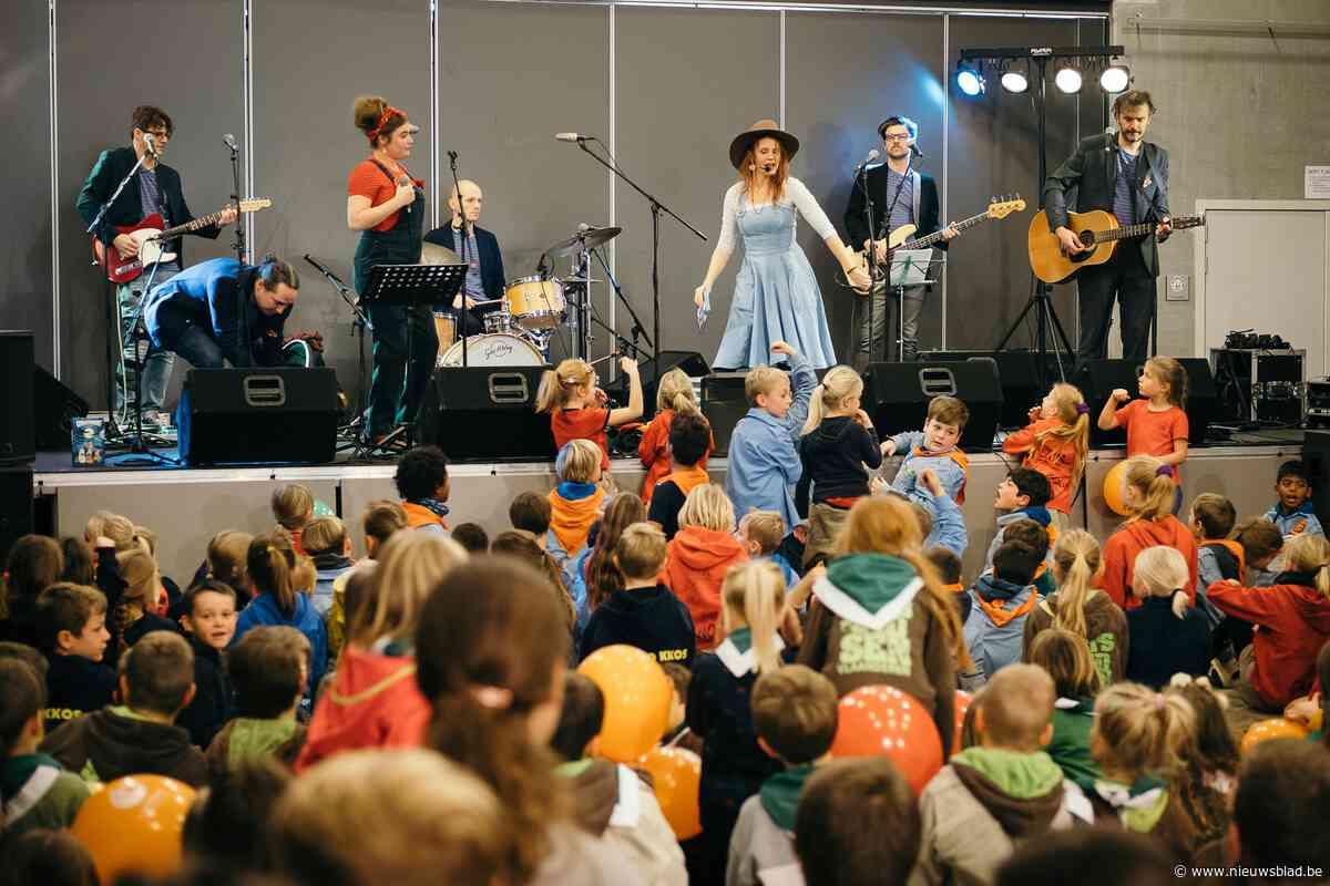 Kinderen zingen en dansen tijdens kinderzangfeest