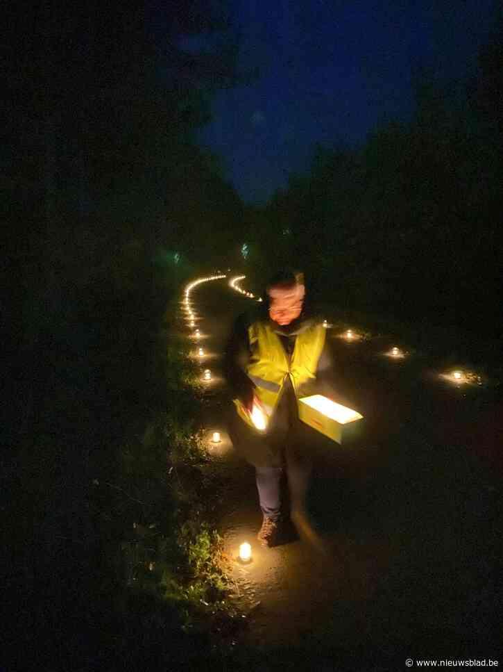 Geen verlichting langs fietspad? Dan zetten deze buurtbewoners gewoon zelf honderden theelichtjes