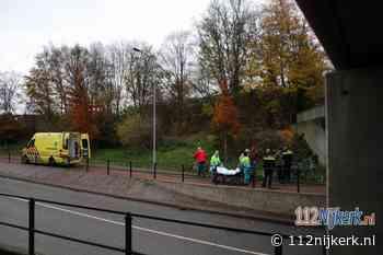 Omstanders ontfermen zich om gevallen fietser in Nijkerk