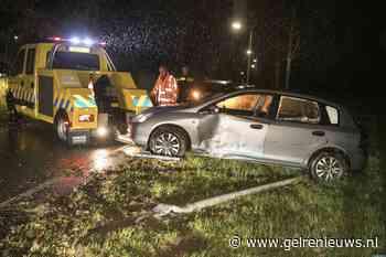 Auto botst tegen lantaarnpaal in Arnhem-Zuid