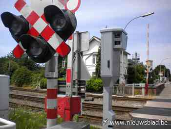 Trein rijdt in op auto die vastraakte op overweg in Mol