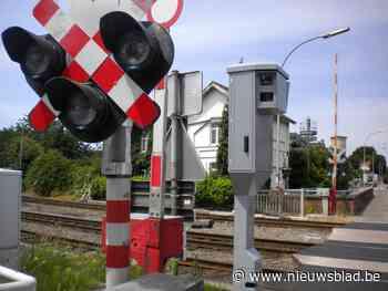 Vervangbussen ingelegd nadat trein inrijdt op auto die vastraakte op sporen