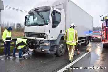 Lange file op N16 na klap tussen twee vrachtwagens