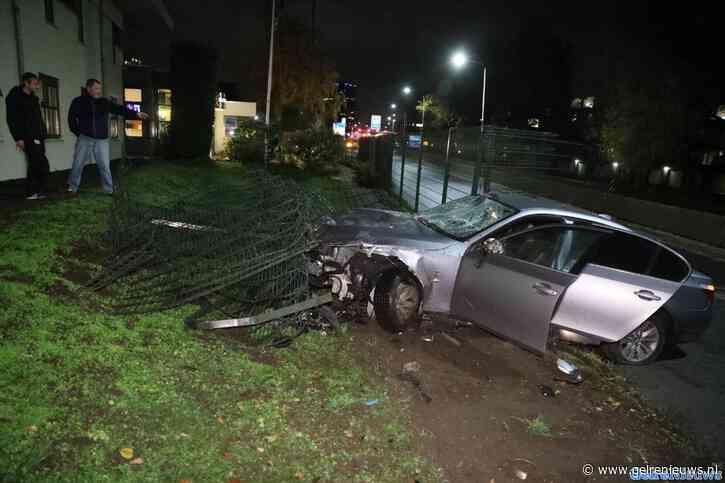Automobilist ramt hekwerk bij hotel in Nijmegen: andere auto lekt olie