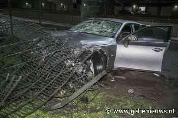 Automobilist ramt hekwerk bij hotel in Nijmegen