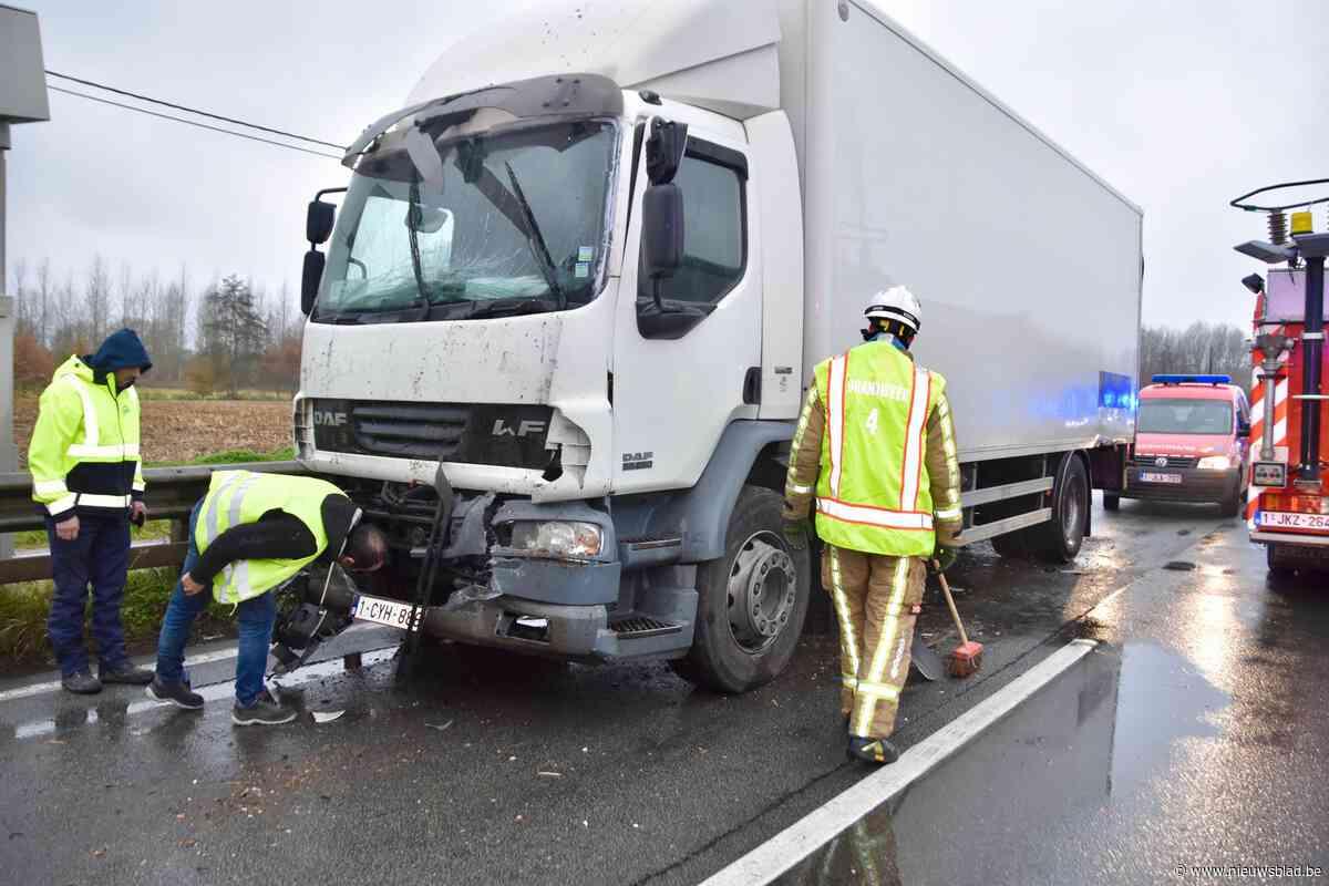 Lange file op N16 na botsing vantwee vrachtwagens