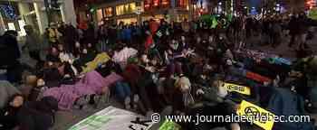 Vendredi fou : centres commerciaux de banlieue bondés et manifestations au centre-ville