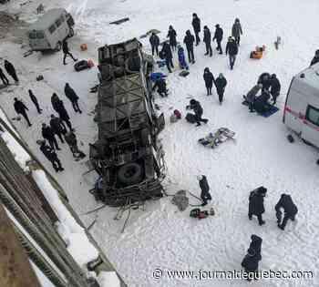 Un bus chute dans une rivière gelée en Sibérie: 19 morts