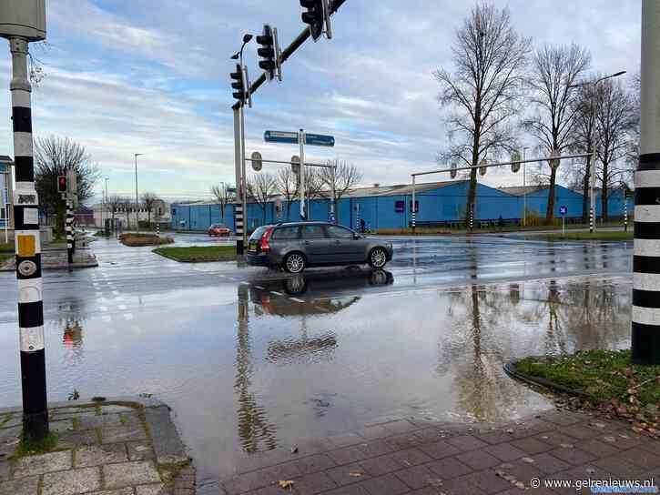 Geknapte waterleiding zet kruising onder water in Arnhem