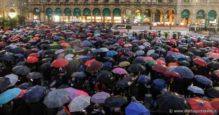 """Sardine, """"Milano non si Lega"""". Pienone anche in piazza Duomo nonostante la pioggia. L'evento inizia con la lettura della Costituzione"""