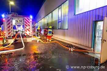 Brand in plastikverarbeitender Firma: Halle evakuiert