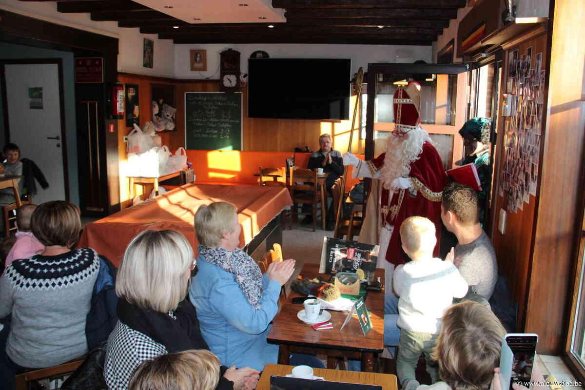 FOTO. Sint brengt lekkers en speelgoed voor kinderen in Café Ossel Star