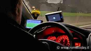 Tassista guida a 110 chilometri all'ora mentre guarda in diretta la partita della Roma