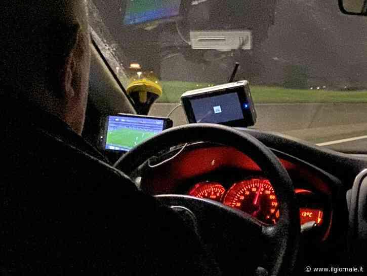 Il tassista che corre a 110 km all'ora mentre guarda la partita della Roma