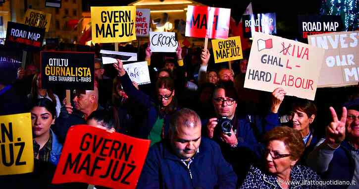 Malta, il premier Muscat e i deputati laburisti bloccati in Parlamento dai manifestanti che chiedono dimissioni immediate