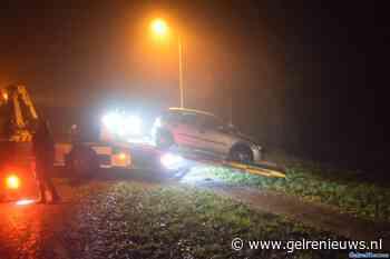 Auto rijdt mogelijk door mist van de weg af bij Huissen