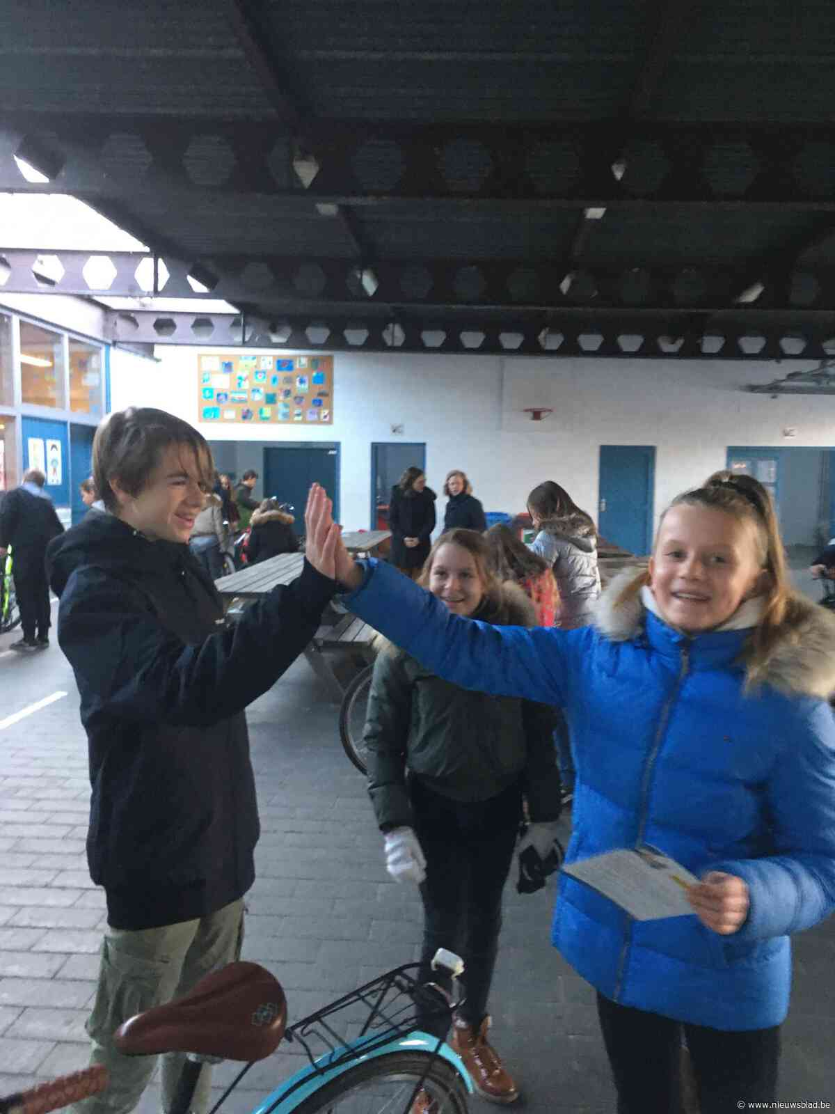 Scholieren Erasmus doen fietscontroles op lagere school