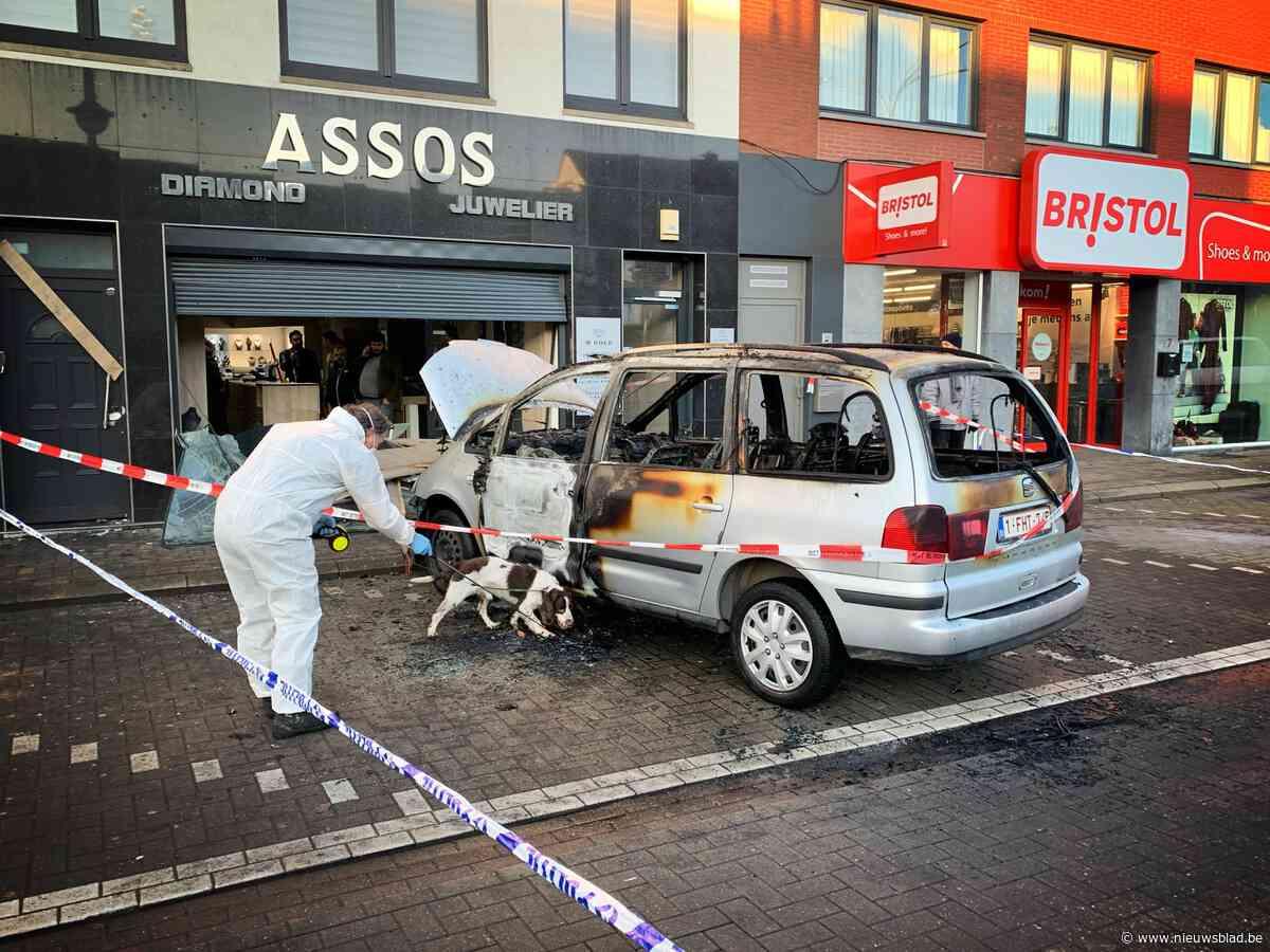 Ramkrakers rijden met gestolen Seat tot in etalage juwelier en steken die daarna in brand