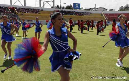 Bandas de música y bastoneras brindaron un homenaje a Quito en el Estadio del Aucas
