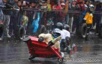 La competencia de coches de madera se realizó bajo la lluvia en la avenida Martha Bucaram, en el sur de Quito