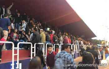 Cientos de jóvenes se concentran en la tribuna De los Shyris para celebrar a Quito al caer la tarde del 5 de diciembre