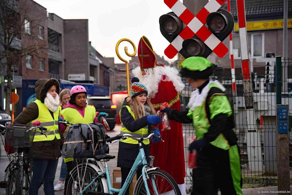 Sint voert actie aan overweg, toch steken nog vier mensen over terwijl het niet mag