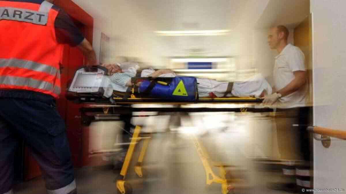 Von Auto auf Straße geschleudert: Mann (89) stirbt in Krankenhaus