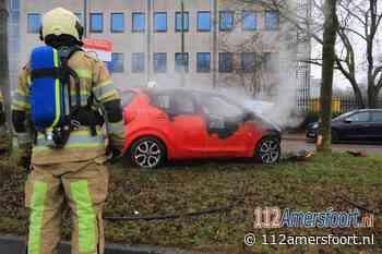 Auto vliegt in brand na botsing tegen boom in Amersfoort