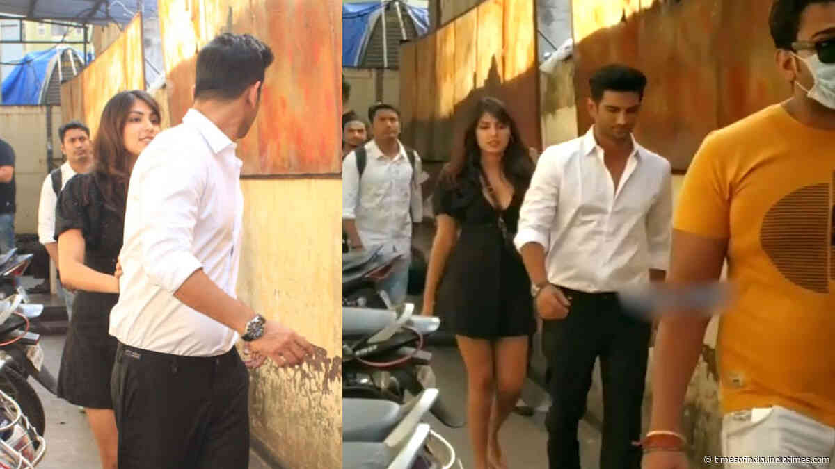 Sushant Singh Rajput and his rumoured ladylove Rhea Chakraborty avoid posing together for the paps