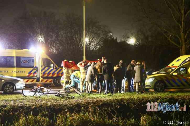 Fietsers geschept door auto op kruising in Nijkerk