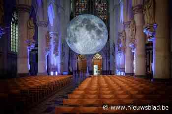 """Maan landt in kathedraal: """"Hopelijk slaat niemand alarm"""""""