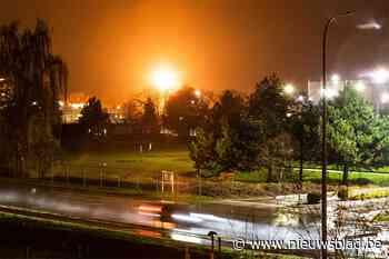 Vijftien meter hoge vlammen verlichten de nacht, oorzaak is gecontroleerde verbranding vanwege gaslek