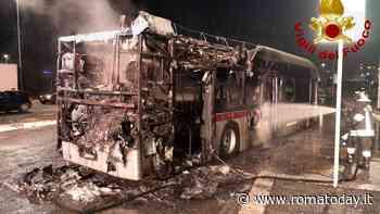 Incendio a Ponte di Nona: autobus distrutto dalle fiamme