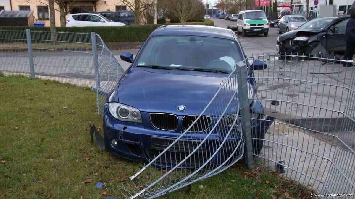 Autos kollidieren an Kreuzung - BMW rauscht in Gartenzaun
