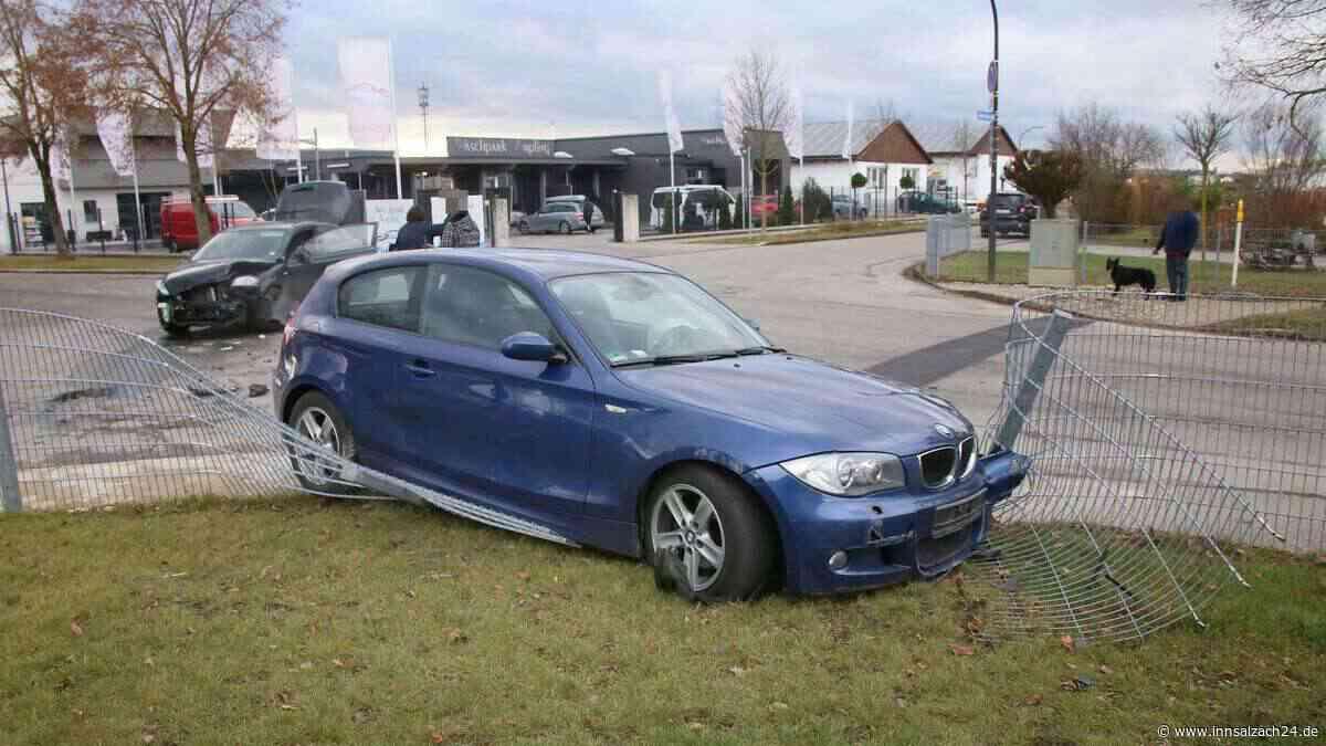 Crash an Kreuzung endet für blauen BMW in Vorgarten