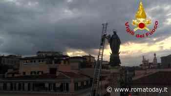 Festa dell'Immacolata: i vigili del fuoco omaggiano la Madonna di piazza di Spagna