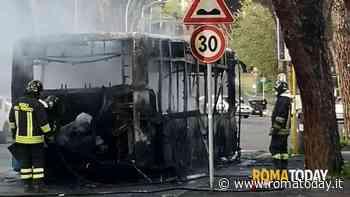 Incendio a Mostacciano: bus Atac distrutto dalle fiamme