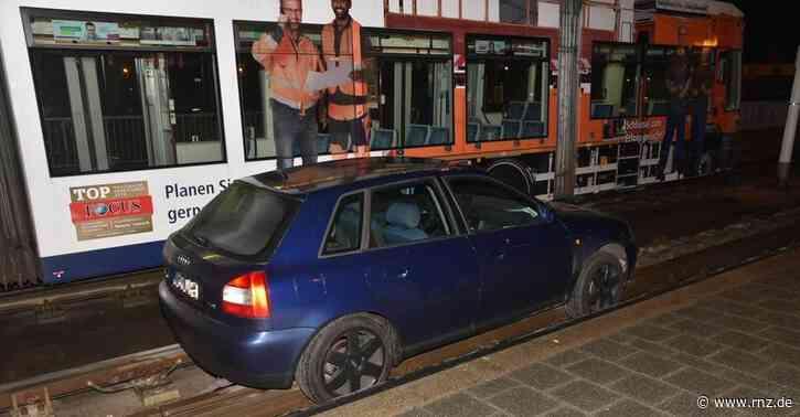 Mannheim:  Betrunkener Autofahrer fährt in Mannheim auf Gleisbett