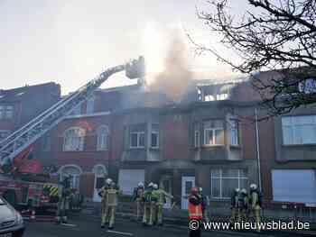 Brandweer onderbreekt Barbarafeest omdat vuur in uitgebrande woning weer opflakkert