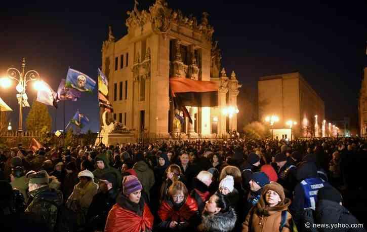 Ukraine crowds protest over Russia summit
