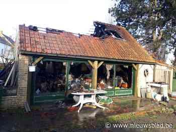 Groot bijgebouw volledig vernield door hevige brand