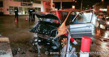 Unfall am Morgen: Auto gegen Wand an Tankstelle geprallt