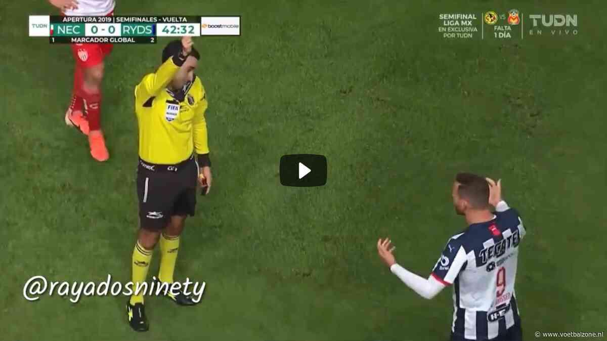 VIDEO - Vincent Janssen ontvangt geel na bizar onderonsje met scheidsrechter