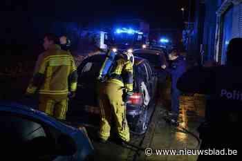 Onbekenden zetten auto in brand