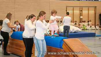 Haiterbach: Schneeflocken wirbeln am Stufenbarren