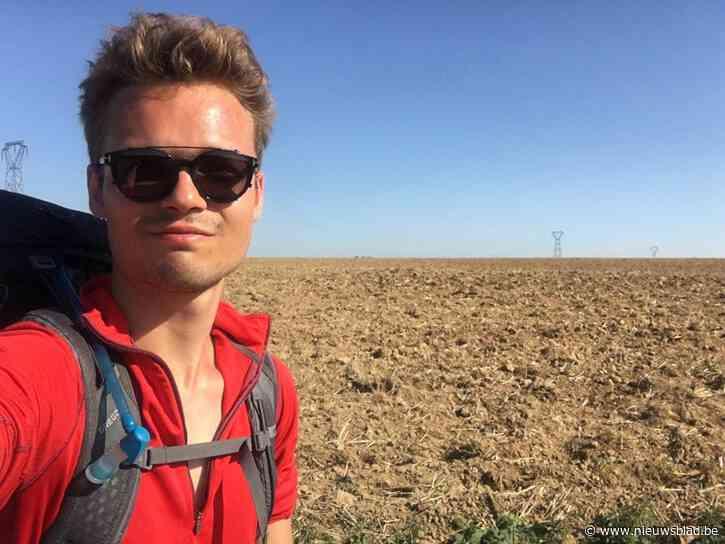"""Niels (22) bant sociale media en stapt in zijn eentje naar Compostela: """"Dag na dag zag ik vooral het goede in de mens"""""""